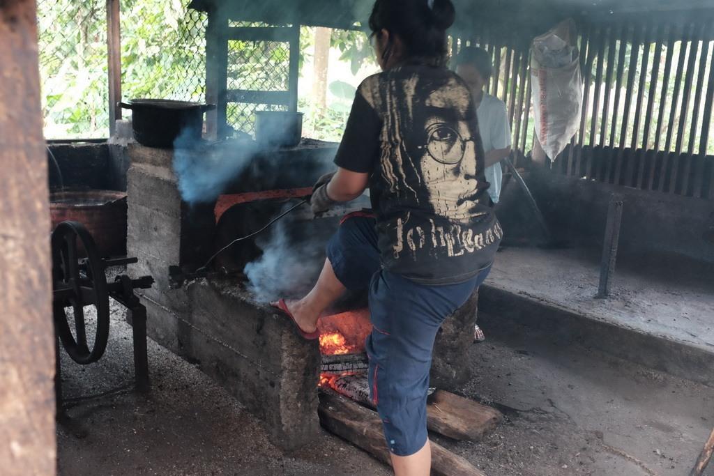 Proses sangrai kopi masih dilakukan secara tradisional. Drum besi yang dipanggang dengan kayu api. Kapasitas drum ini mencapai 50kg kopi atau jagung dalam sekali proses sangrai.