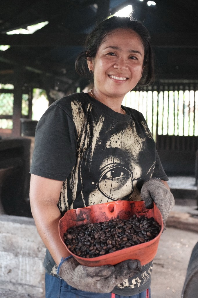 Asniwati, seorang penyangrai kopi di nagari Koto Tuo, kab. Tanah Datar.